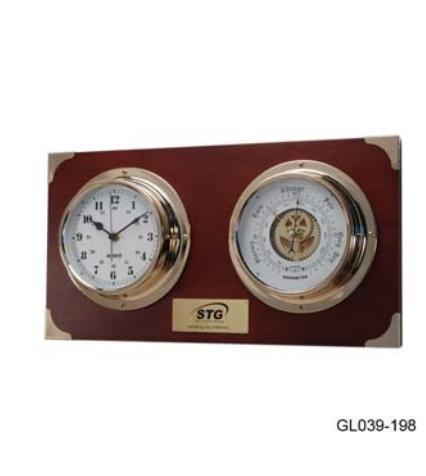 Барометр с часами в высоком латунном корпусе на деревянной основе