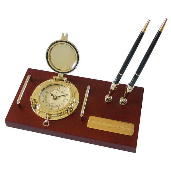 Подставка настольная под ручки с часами на деревянной основе