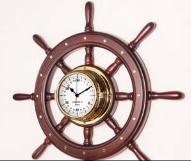 Часы латунные на деревянном штурвале